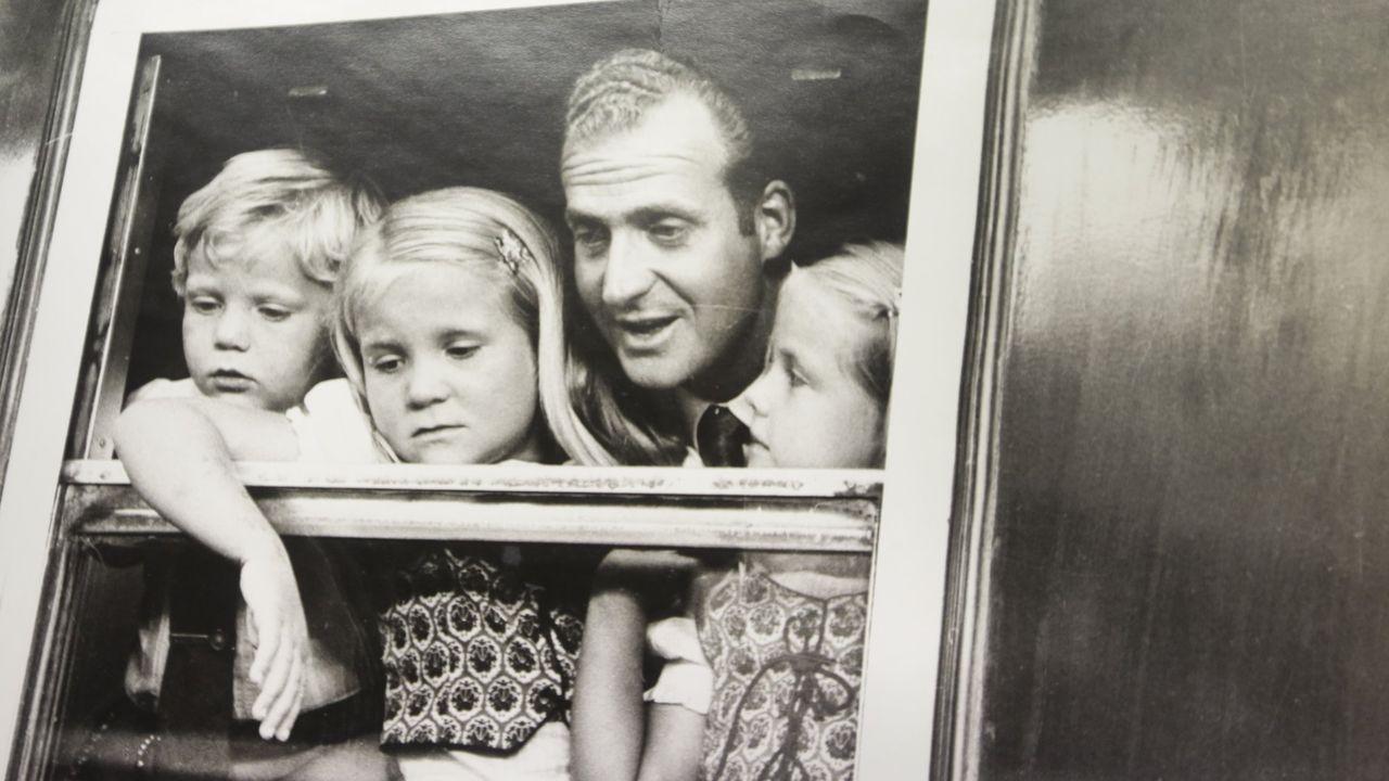 Llegada del rey y sus hijos a la estación de San Cristobal en A Coruña en la década de los setenta