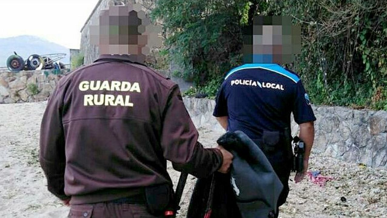 Turismo deportivo. Bici en Xagó.Un guardapescas acompañado de un policía local tras identificar a un furtivo en Rianxo