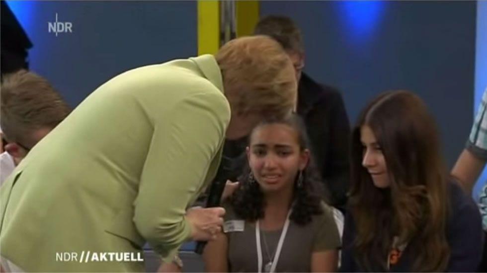 Las razones por la que Merkel hizo llorar a una niña pequeña.Los pequeños juegan en sus endebles hogares improvisados.