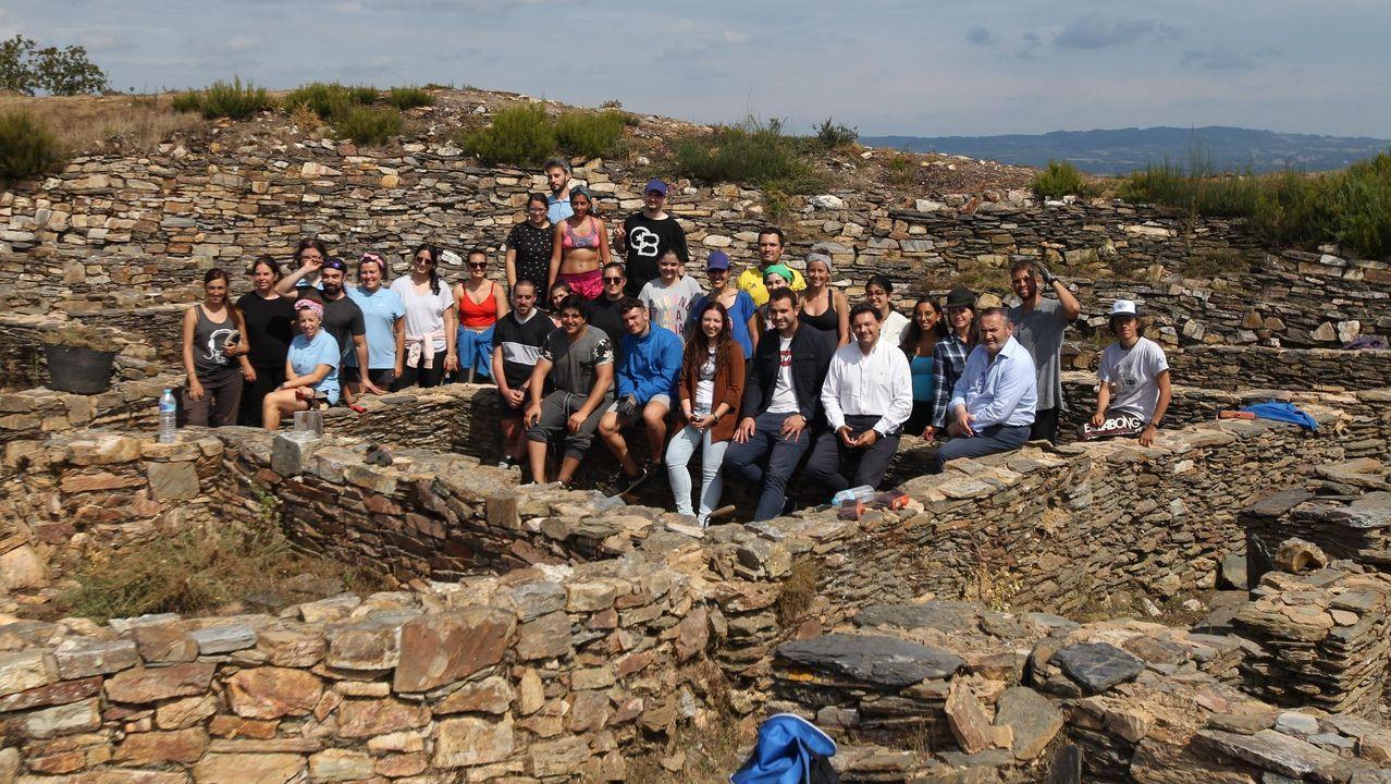 Concentración en contra do cambio climático en Vilagarcía.Jóvenes gallegos y lucenses que viven en el extranjero y participan en los campos de voluntariado que promueve la Xunta, como en el castro de Castromaior, en Portomarín