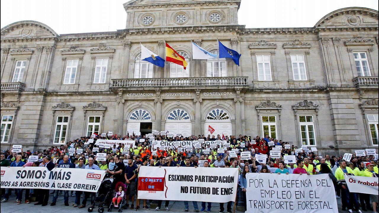Aznar: «A mí nadie me habla de una 'derechita' cobarde porque no me aguantan la mirada».El presidente de Vox, Santiago Abascal, junto a otros cargos del partido