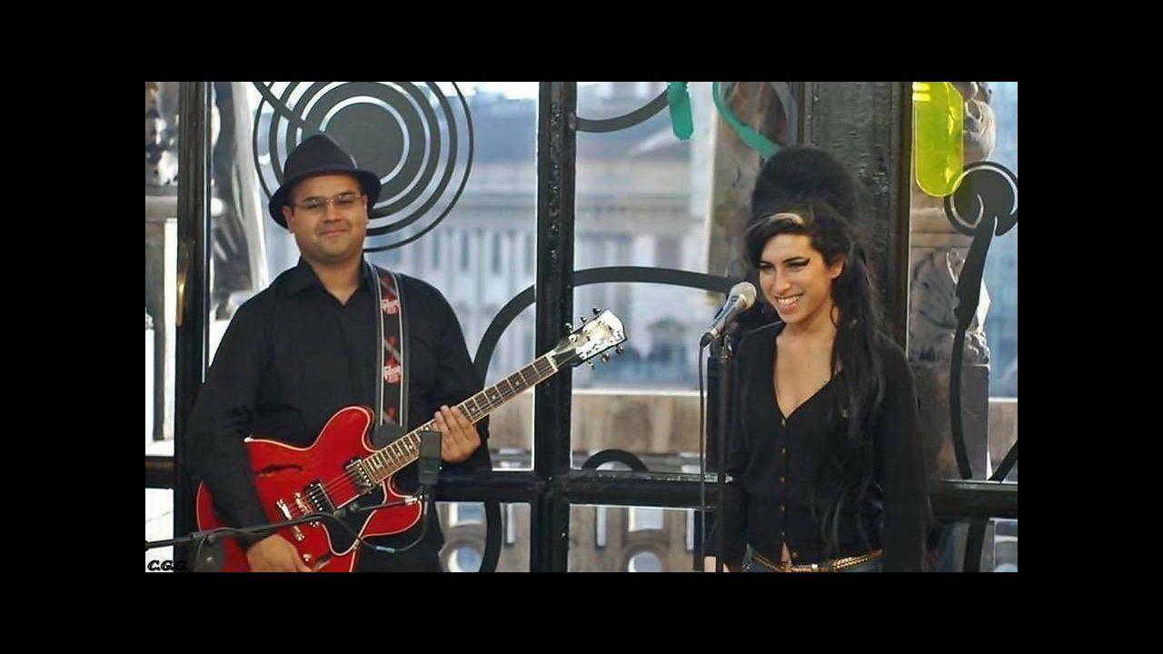 Amy Winehouse y su guitarrista, Robin Banerjee