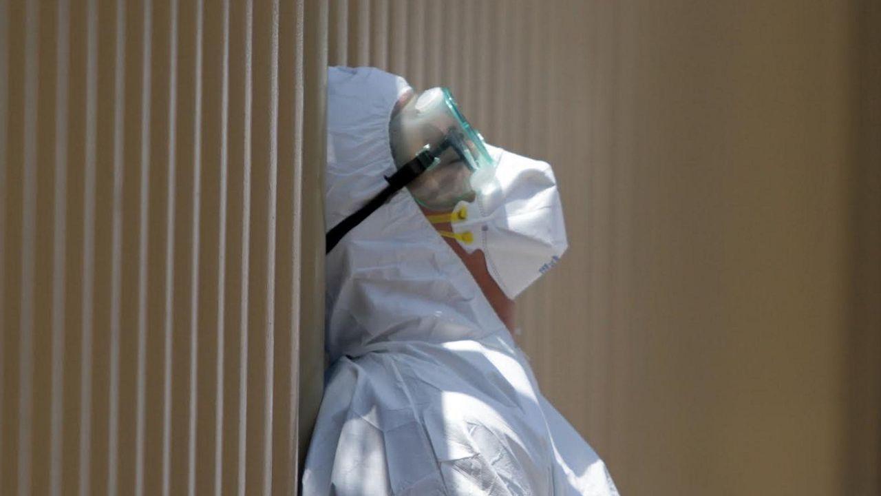Un sanitario con un traje de protección espera afuera del Hospital General de México