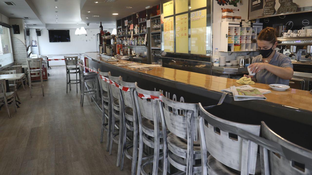 La barra de la cafetería Maradentro, en Cacheiras (Teo), muestra la cinta que impide el consumo en el interior del local