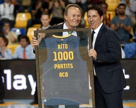 Aíto recibió el homenaje de la afición del Barça.