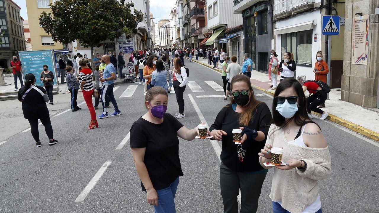 Protesta de los hosteleros de Pobra por el cierre del municipio.Operarios contratados en Mazaricos para realizar labores de limpieza
