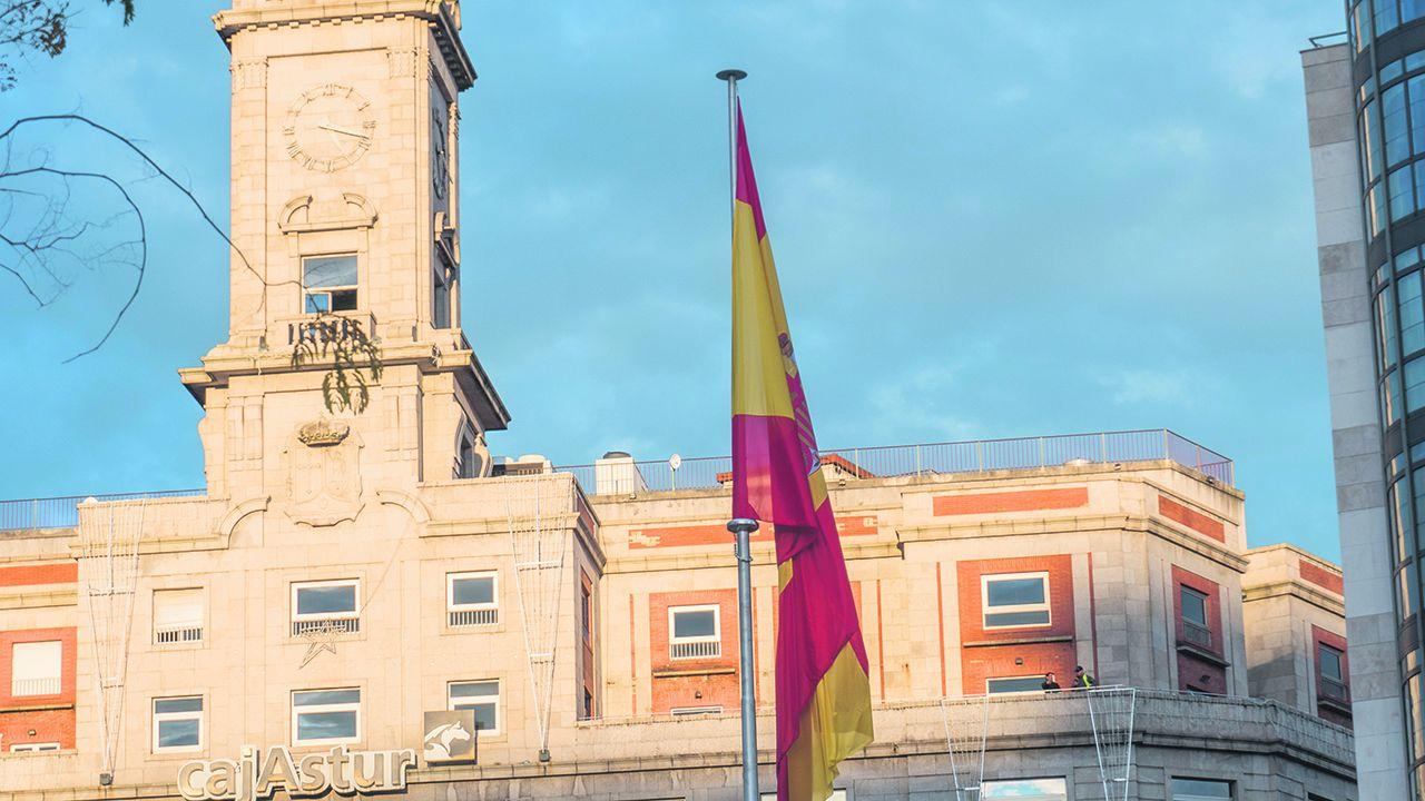 La rifadel avión presidencial mexicano.Bandera situada en La Escandalera, Oviedo