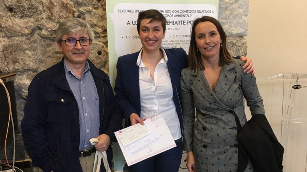 María Fandiño, en el centro, junto a los tutores de su Trabajo Fin de Grado, por el que ha obtenido el galardón