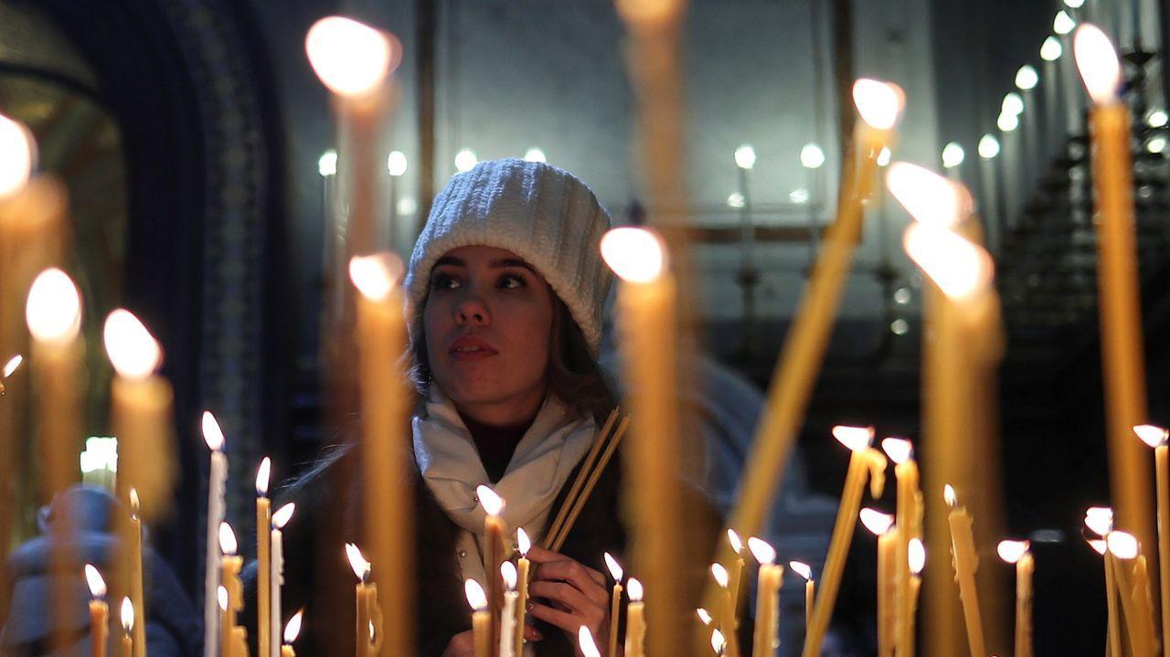 Creyente en una celebración ortodoxa en Moscú