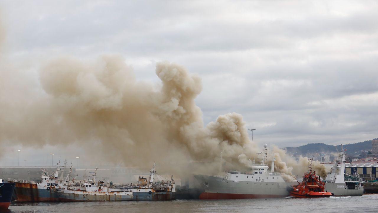 Barco hundido en bouzas tras un incendio
