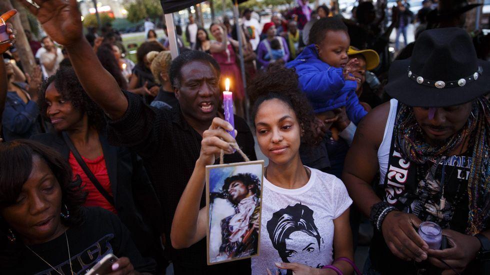 Miles de fans lloran la muerte de Prince