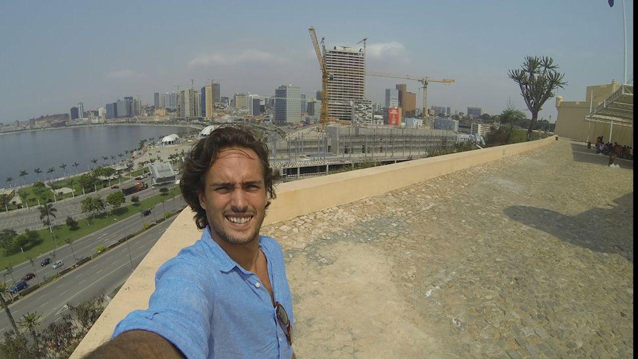 El avilesino Luis Ochoa en su primer día en Luanda