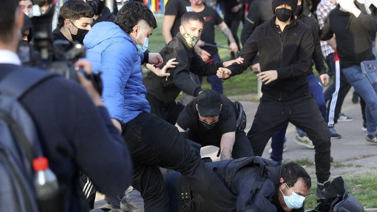 Un policía recibe una patada de un manifestante
