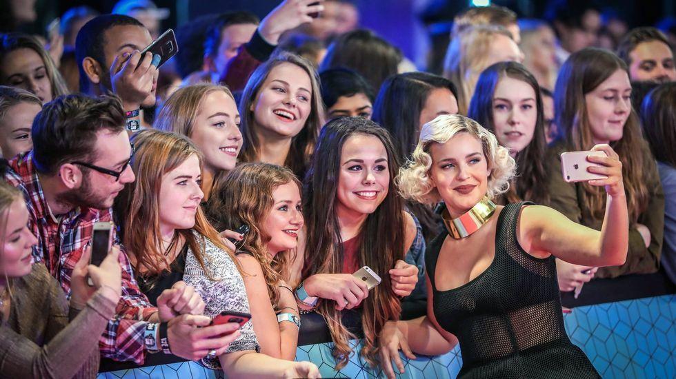 La cantante británica Anne-Marie posa con sus fans a la llegada  a la gala.