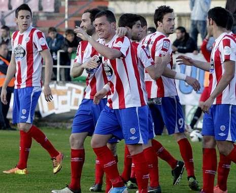 Los jugadores del Lugo, celebrando uno de los goles de Airam Cabrera al Xerez.