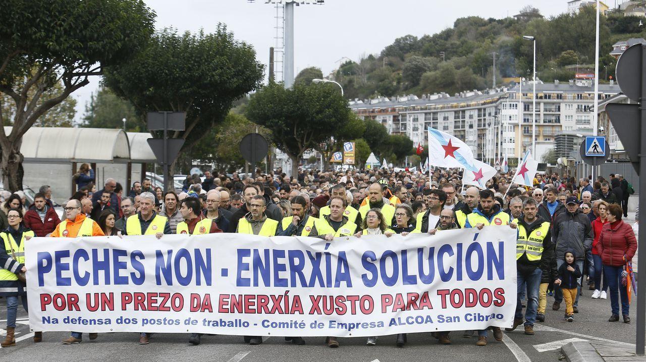 Miles de manifestantes en Viveiro por Alcoa San Cibrao.BUQUE BLUE STAR EMBARRANCADO EN LA ENTRADA DE LA RIA DE ARES