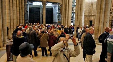 La afluencia de visitantes a la catedral dificulta y encarece las medidas de seguridad.