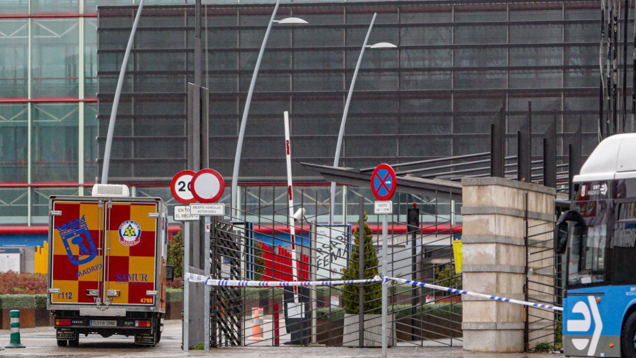 Una ambulancia entra en los accesos del recinto ferial de Madrid, convertido en hospital.