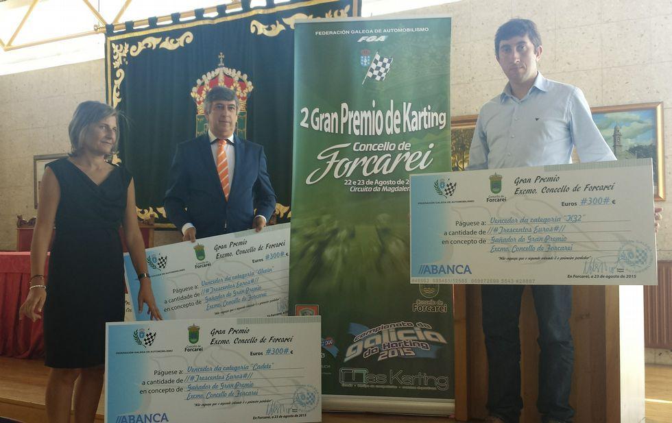Cachafeiro, Corral y Búa, mostrando los cheques para los ganadores del Gran Premio de Karting.