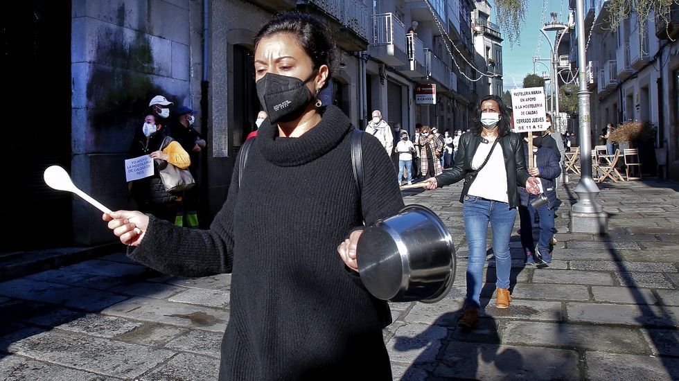 MANIFESTACIÓN DE LA HOSTELERÍA Y EL COMERCIO EN CALDAS DE REIS PARA PROTESTAR POR LAS RESTRICCIONES IMPUESTAS PARA FRENAR LA PANDEMIA COVID-19