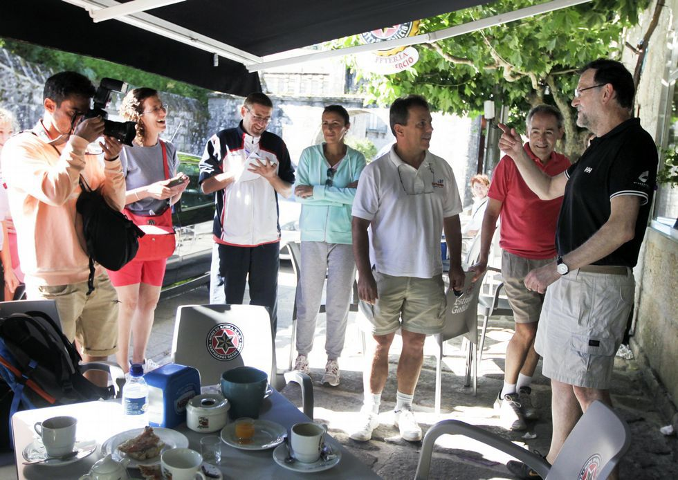 Rajoy ejerció de guía con unos turistas de Mallorca.