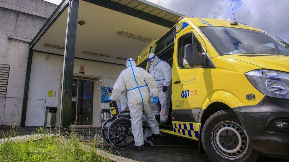 Las fotografías del espectacular incendio en Prodeme.Técnicos de ambulancia con trajes anticontagio en la puerta de urgencias del hgospital de Monforte