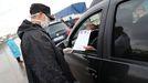 Un conductor muestra un salvoconducto en un control en Buenos Aires