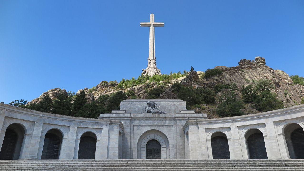 Adrián Barbón.Vista del mausoleo y la cruz de piedra que corona el Valle los Caídos