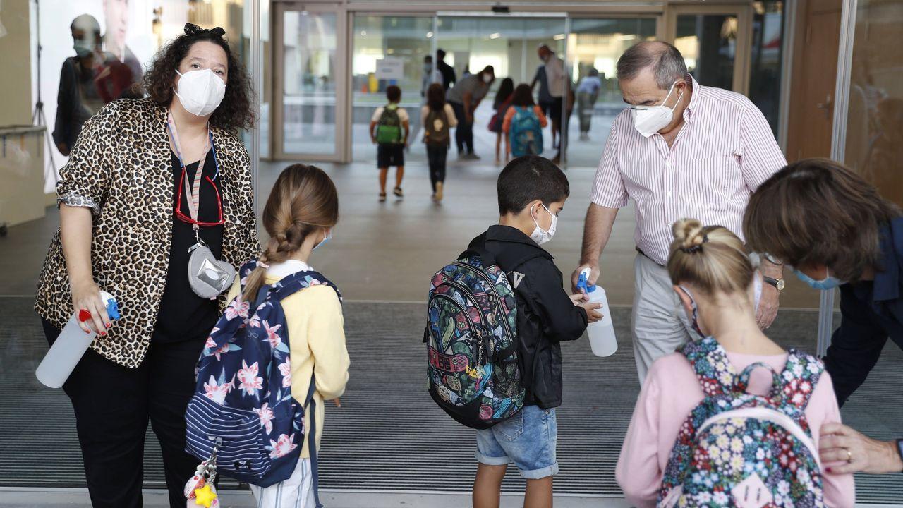 Alumnos desinfectándose antes de entrar a un aula en San Sebastián