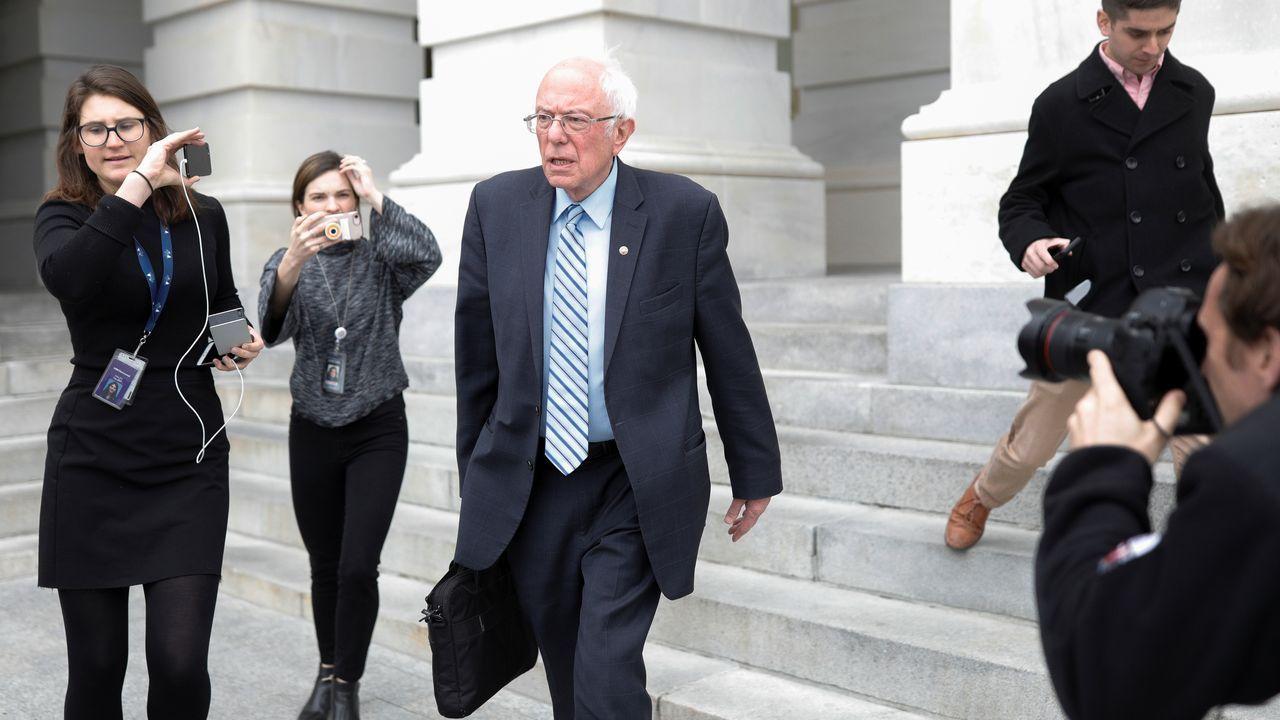 Sanders, a su salida del Congreso donde se discutens medidas para frenar el desastre económico y sanitario
