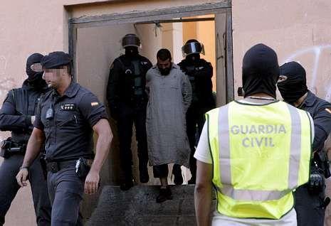 Dos agentes custodian al cabecilla de una red yihadista desmantelada en Melilla en mayo.