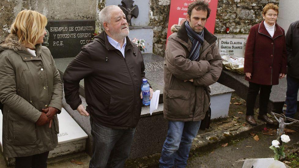 Emilio León interviene durante la presentación de Podemos en la biblioteca del Fontán en enero de 2014.Pino y la viuda de Muñiz Zapico, Genita Torre (derecha), en el homenaje