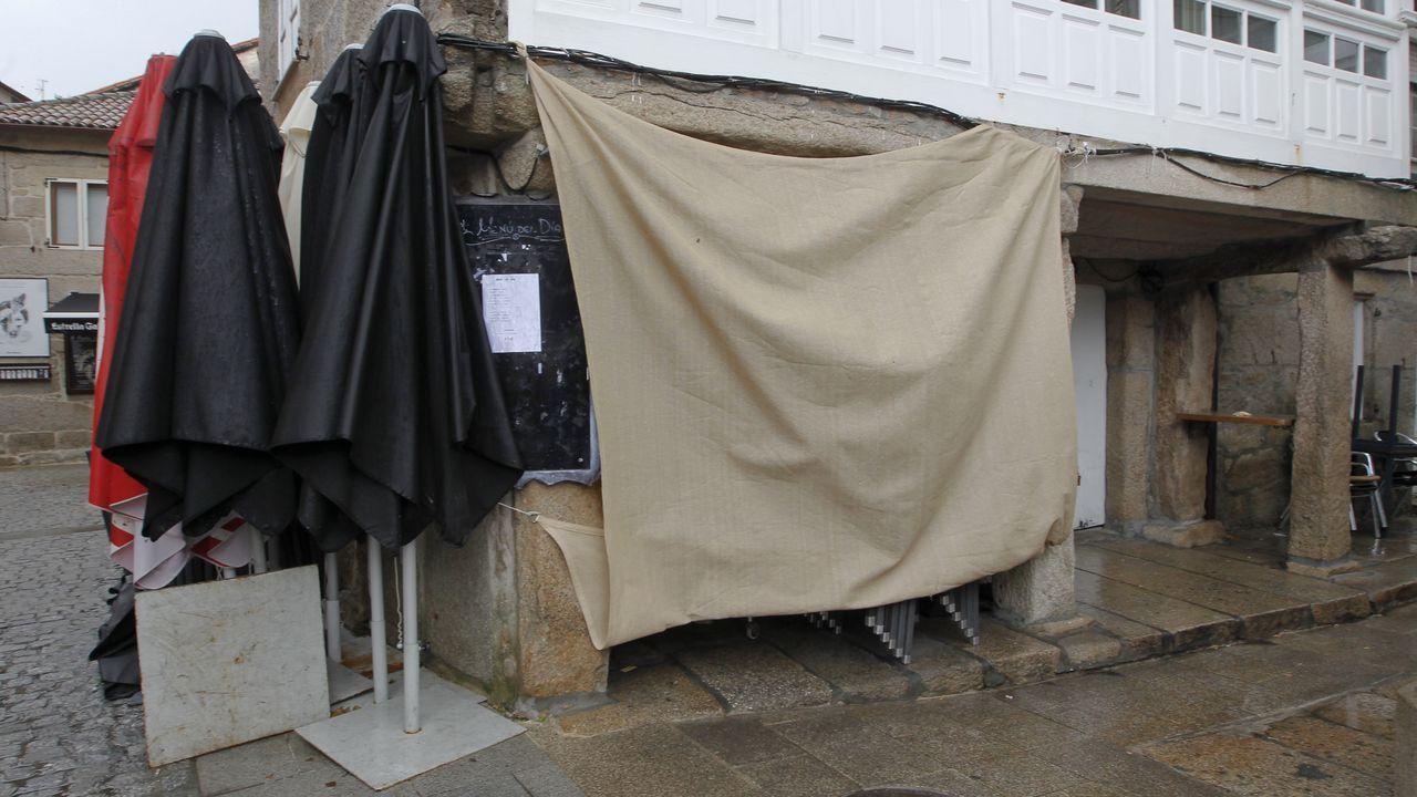 El Centro de Información á Muller de O Salnés salta a los colegios en formato audiovisual.Hosteleria cerrada en el paseo de Silgar, en Sanxenxo