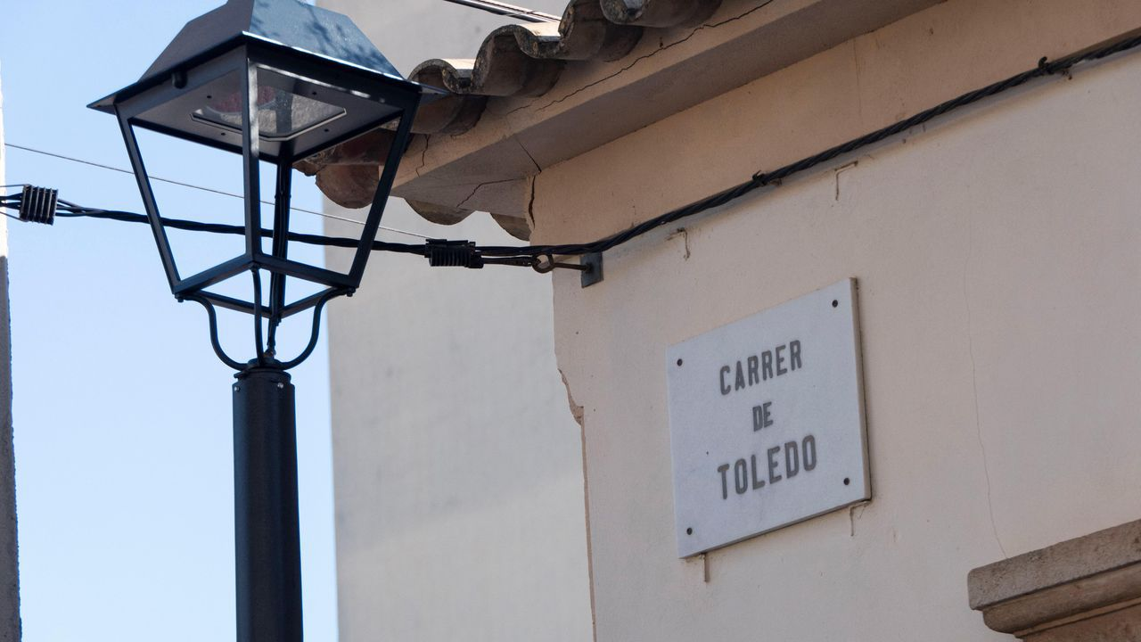 Homenaxe a República no monumento das Rosa Rotas en Vilagarcía.Placa de la calle Toledo en Palma de Mallorca