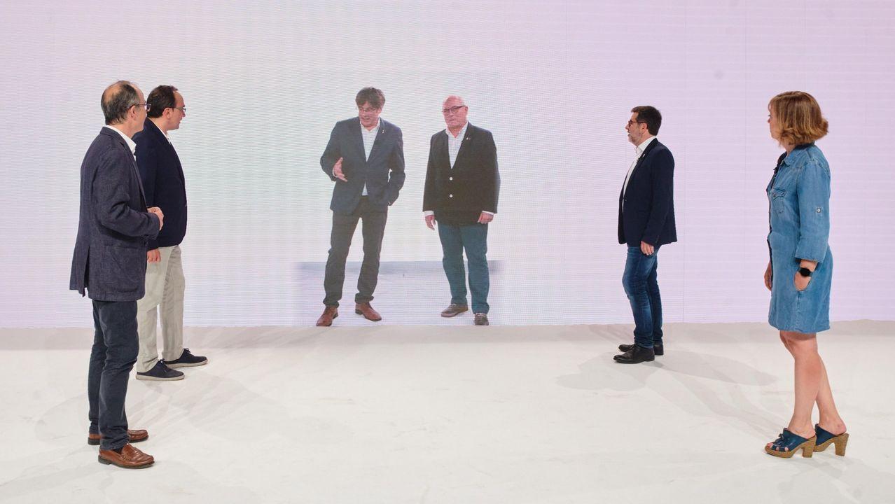 Puigdemont conversa virtualmente con Turull (a la izquierda), Josep Rull , Lluis Puig, Jordi Sanchez  y Meritxell Borrás durante el acto inaugural del congreso fundacional de JxCat