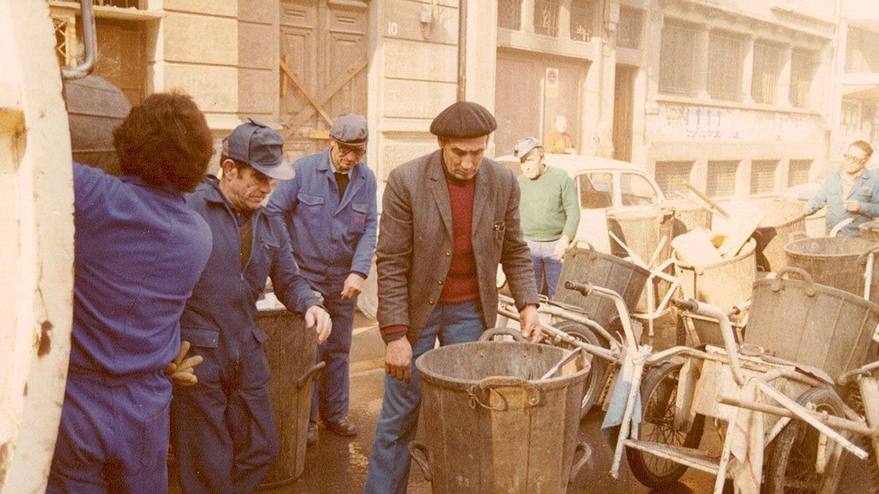 Barrenderos depositando las barreduras en uno de los camiones Pegaso Barybal de EQUIMA en la década de 1970