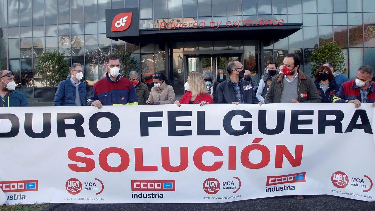 elegados sindicales de CC OO Y UGT se han concentrado este lunes frente a la sede de Duro Felguera para reclamar una solución que garantice el empleo y la viabilidad de la empresa
