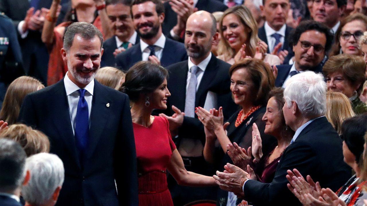 Los reyes Felipe VI y Letizia saludan a varios asistentes a su llegada a la ceremonia de entrega de los Premios Princesa de Asturias 2019 que se celebra este viernes en el Teatro Campoamor de Oviedo