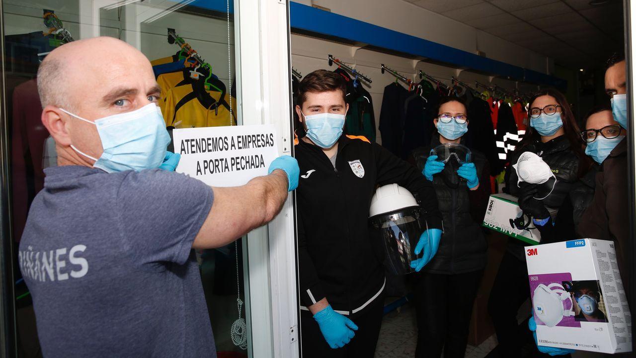 Empresario boirense explica cómo reutilizar una mascarilla de un solo uso.Personal municipal desinfectó varias zonas en Noia.