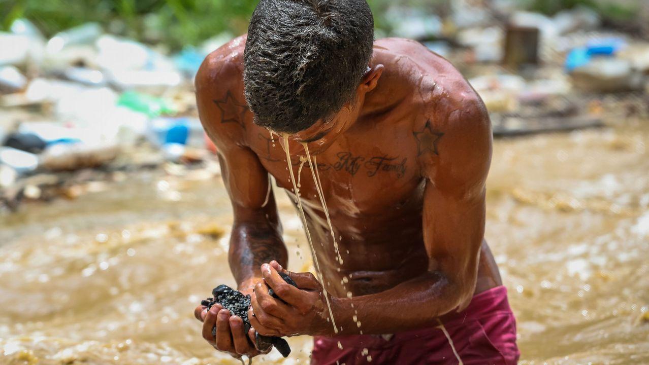 Gallegos en Venezuela.Un joven «minero» busca restos en el río Guaire