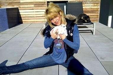 Arriba, la actriz Courtney Cox con su cachorro. En el medio, Miley Cyrus posa con su bulldog, «Ziggy». Abajo, Shakira, con dos conejos