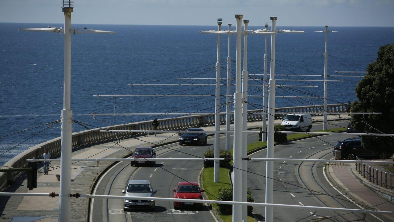 Los raíles siguen instalados a lo largo del paseo marítimo. Están sin uso desde el 2011. El tramo que se tapará será de casi dos kilómetros, desde San Antón a Adormideras