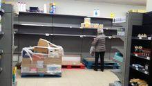 Estanterías vacías en un supermercado asturiano