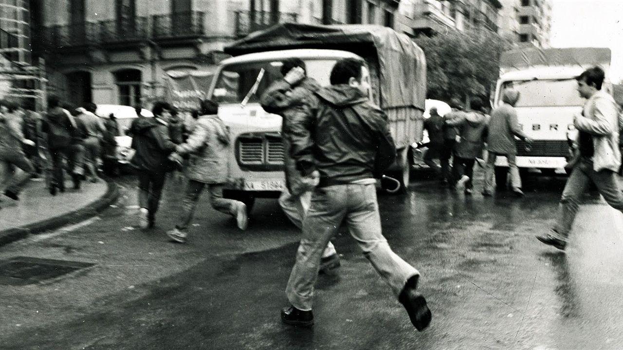 La vida de Felipe de Edimburgo, en imágenes.Manifestantes huyen de una carga policial durante la Transición española (1975-1982)