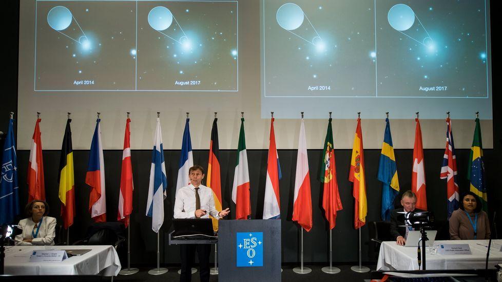 Vea aquí la única superluna del 2017 en directo. Stephen Smartt (c), profesor de física en la Universidad de la Reina de Belfast, habla durante una conferencia de prensa del Observatorio Europeo Austral (ESO) en Garching, cerca de Múnich, Baviera, Alemania, 16 de octubre de 2017. La flota de telescopios del ESO en Chile han detectado la primera contraparte de una fuente ondas gravitacionales.