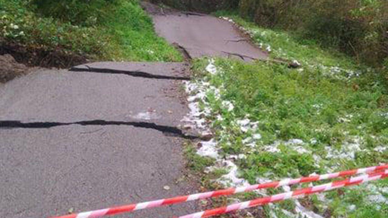 Así ha quedado la carretera de acceso a Sograndio desde Proaza tras el temporal