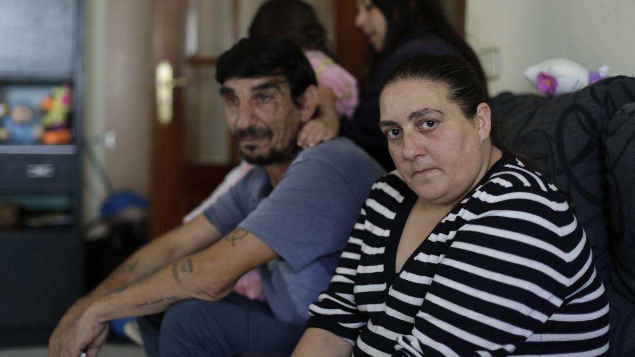 Familia de Arteixo que busca conseguir una vivienda en alquiler para no perder a sus hijas.Colas en el centro de salud de Os Mallos, en A Coruña, coincidiendo con el inicio de la campaña de la vacuna de la gripe