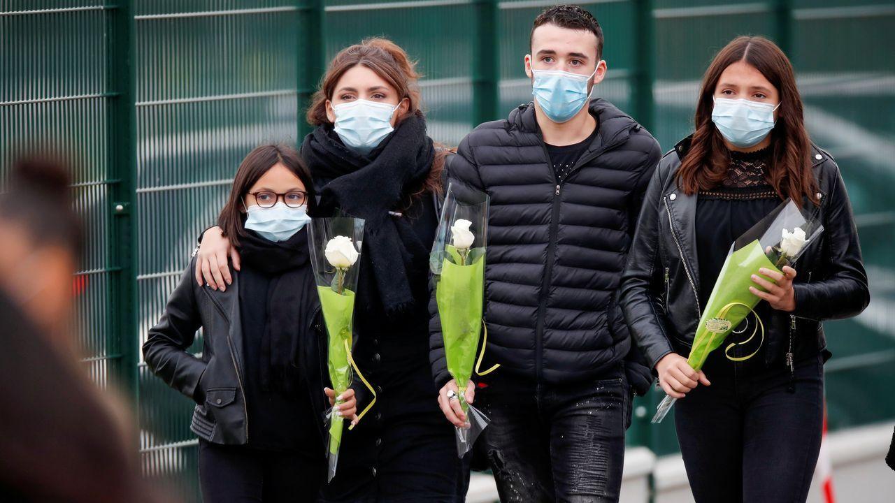 Unos jóvenes llevan flores al memorial por el profesor víctima de un yihadista en París