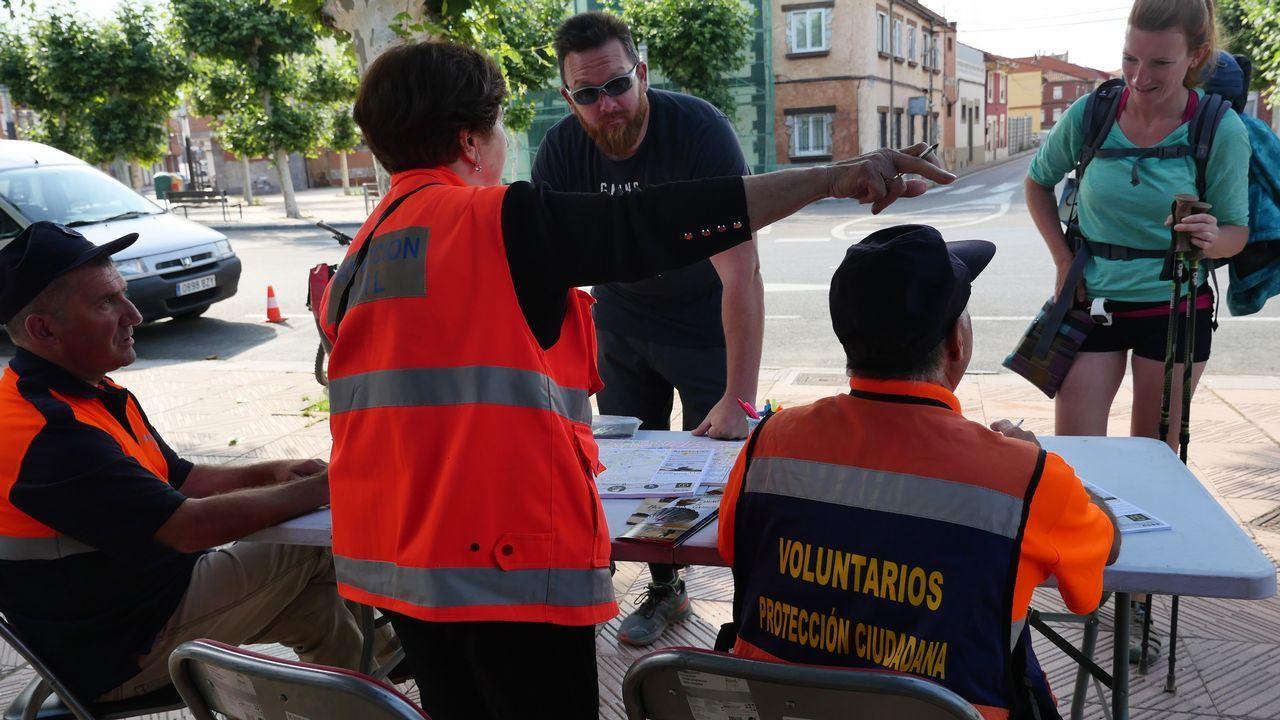 Voluntarios de Protección Civil, en un punto de información a los peregrinos