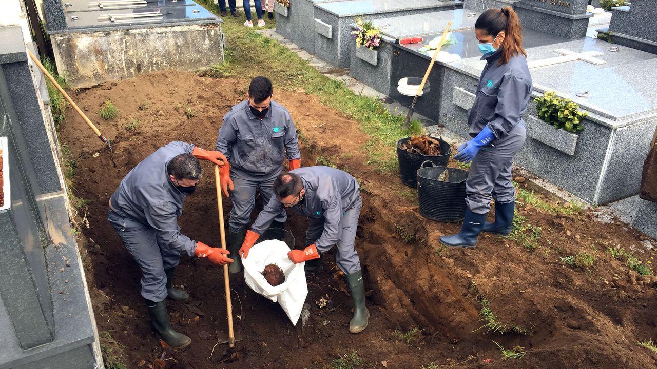Exhuman los restos óseos de 30 personas en el cementerio de San Froilán.Los concejales del PP de Lugo, delante del Garañón